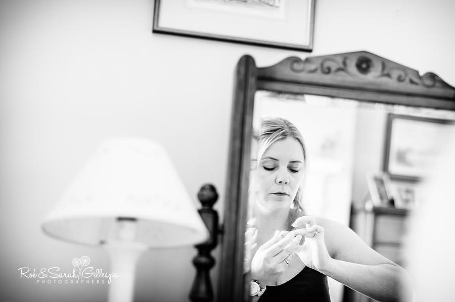 reportage wedding photo bride applying makeup