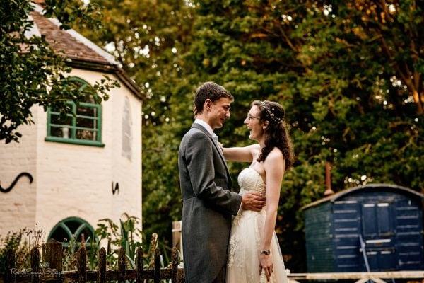 Bride and groom in museum gardnes