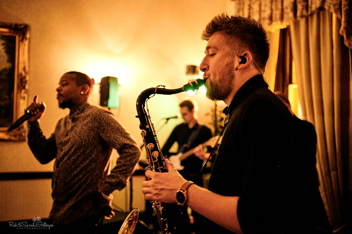 Live band sing and plax sax at wedding reception